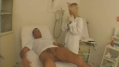 Weiblicher Arzt saugt Schwanz