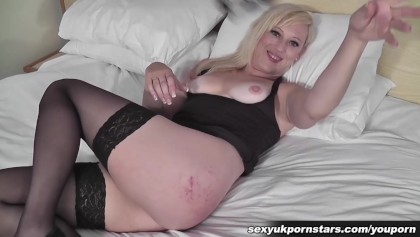 Sexy blonde babe vinger neukt haar kut