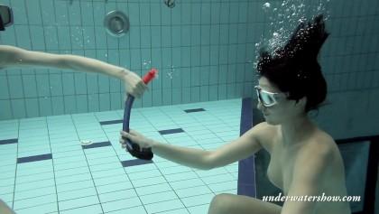Schwimmen nackt mädchen Nackt Schwimmen