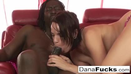 Dana DeArmond verwöhnt ihren großen Hintern mit einem fetten Schwanz