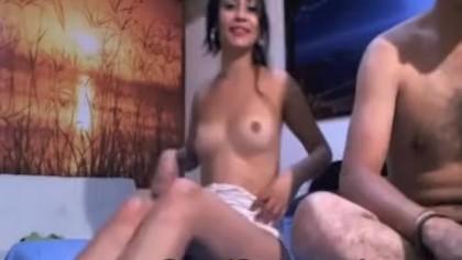 Une colombienne excitée se masturbe
