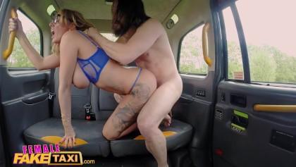 Sexe à l'arrière du taxi