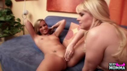 Deux lesbiennes savoureuses baisent