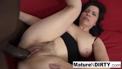 Zralá žena milf si mastí kundu jako paní