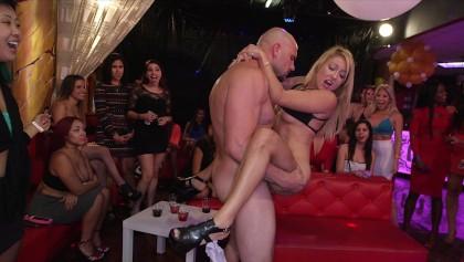 Стриптиз hd в клубах эротические шоу программы онлайн