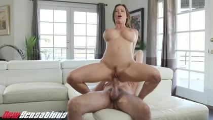 Slutty MILF Alexis Fawx fickt einen großen Schwanz in einer Küche vor ihrem Mann