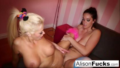 Alison Tyler telefoniert mit ihrem Freund, während sie gefickt wird