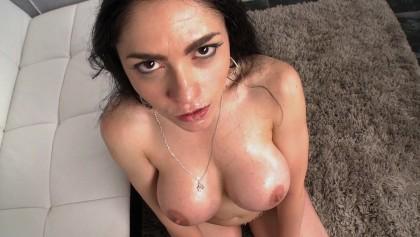 Hoe mit großen falschen Brüsten Marta La Croft wird von einem hübschen Hengst abgeholt