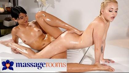 Lady Dee spielt mit ihrer nassen Cooch und leckt ihren eigenen Saft vom Dildo