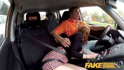 Bir arabada sahte sürücü kursu ateşli redhead Lenina Crowne ateşli seks
