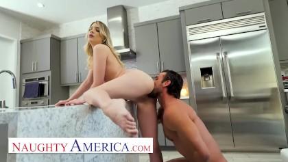 Die dünne Emma Starletto fickt ihren Freund, indem sie von einem Sicherheitsmann zerschmettert wird