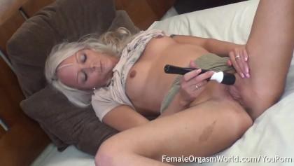 Blondine Orgasmus Solo Schütteln Blondine hat
