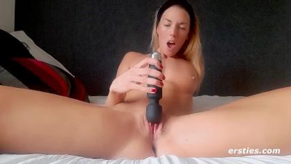 Ihren während Fingern Arsch Monique Alexander